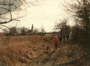 Widok od strony kolejki szprotawskiej na wieś Broniszów (kościół). 06 marca 1994, fot. M. Bonisławski