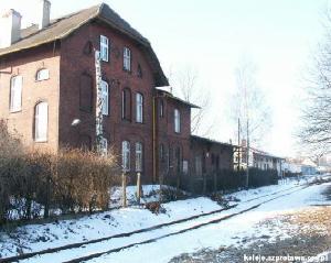 Budynek Dworca Szprotawskiego na stacji Zielona Góra Północ, widok od strony torów. Stan współczesny (luty 2006). Fot. Alicja Pawlak, PTKraj.
