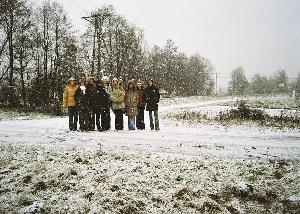 Jarogniewice. Miejsce gdzie w bok od drogi - osi wsi była stacja kolejowa (trójkątny plac za grupą). Widok współczesny (XII 2004 r.). Fot. M. Bonisławski