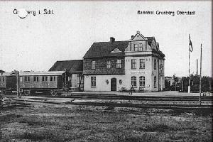 Przedwojenna pocztówka z widokiem stacji Zielona Góra Oberstadt. Po lewej - wagony pasażerskie kolejki szprotawskiej.