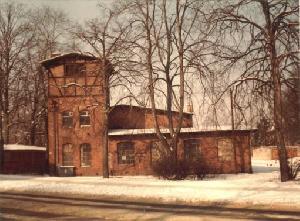 Budynek warsztatów kolejowych (lub parowozowni) na stacji Zielona Góra Górne Miasto. Stan przed zburzeniem (1994 r.)