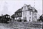 Jeden z parowozów kolei szprotawskiej na stacji Grunberg Oberstadt. Fot. z 1918, 1920 lub 1925 r., dostępna na większości stron internetowych.